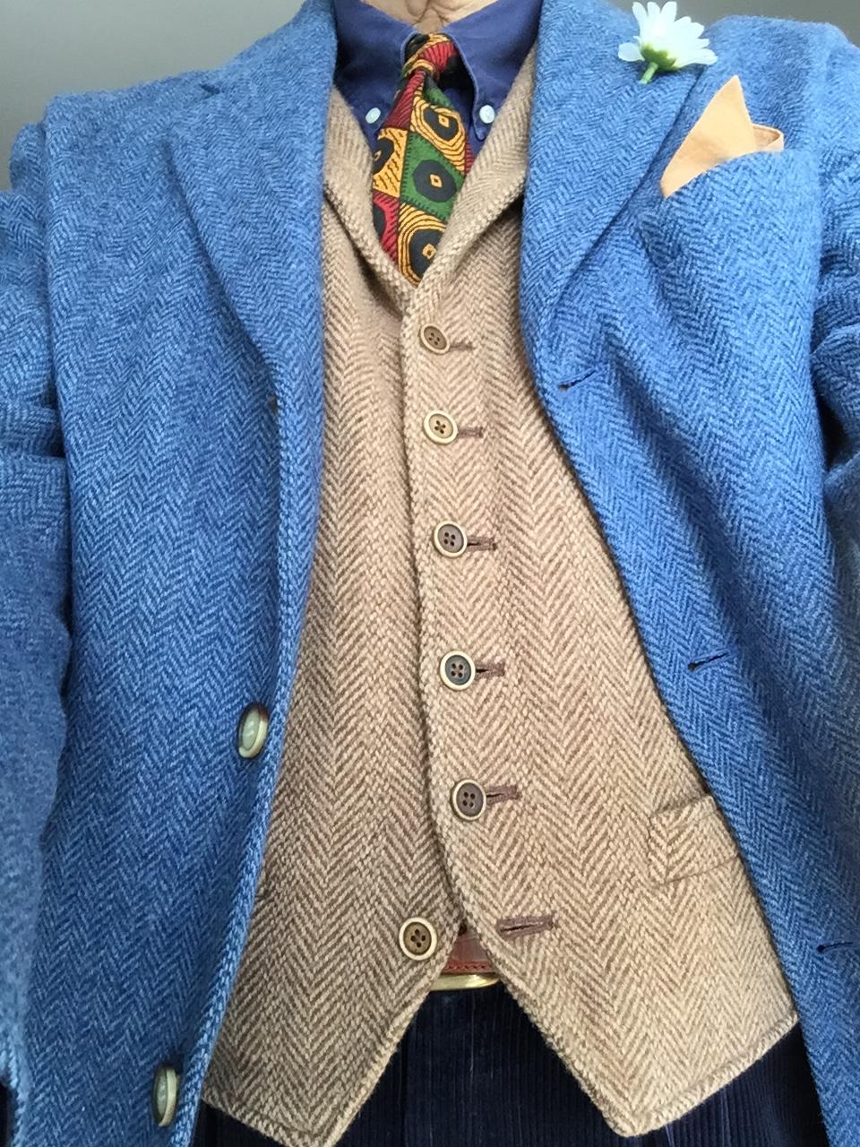 Det är tradition att nedersta knappen i västen inte ska vara knäppt. Men bältet får inte synas.